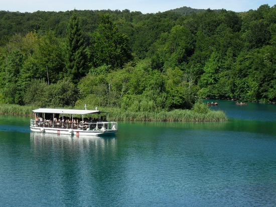 ../images/Plitvice-Lakes-electrical-boats.jpg